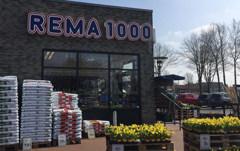 Rema 1000 butiksfacade med påskeliljer ude foran