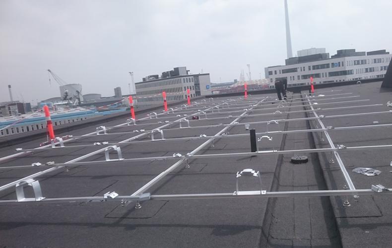 K2 montagesystem sat op på tag hos Deloitte i Esbjerg, klar til at sætte solceller oven på