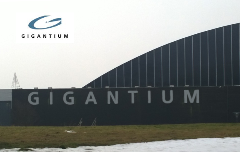 Gigantium hal og sportsenter bygning med sne på græsplænen og logo på væggen