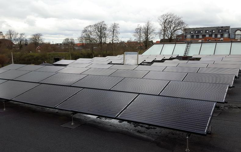 Rækker af solceller monteret på fladt tag på Holstebro rådhus